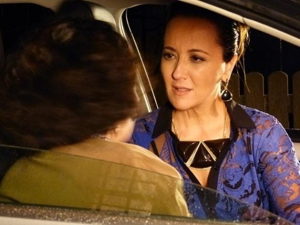 """Em """"Flor do Caribe"""", Guiomar pergunta a Maria Adília se Dionísio é pai de Candinho"""