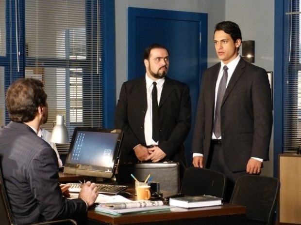 """Em """"Flor do Caribe"""", Hélio se entrega à polícia e assume o sequestro de Samuel"""