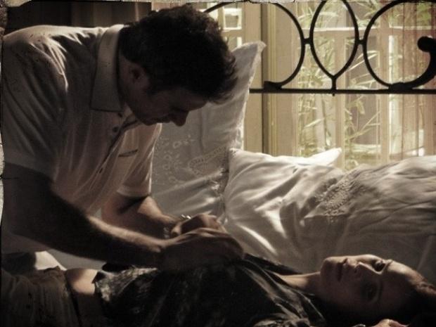 """Em """"Saramandaia"""", Laura vai para a cama com Carlito e dá tapa nele"""