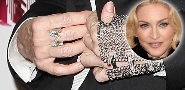 Mesmo tentando esconder os sinais com uma estilosa luvinha, as mãos de Madonna denunciam a idade da diva pop - Grosby Group e Getty Images/Montagem UOL