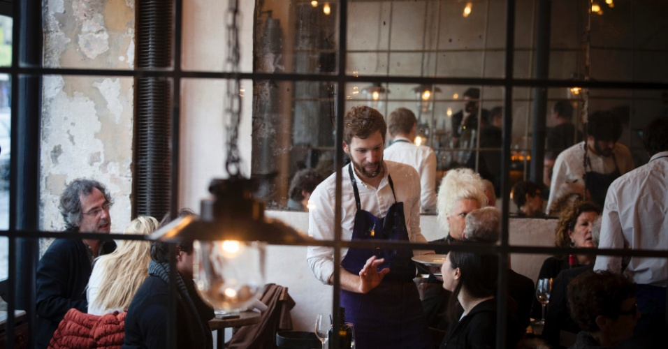O restaurante Septime, de Paris, tem janelões gigantescos virados para o norte, uma cozinha aberta e bem iluminada e luminárias simples e belas sobre as mesas de madeira rústica