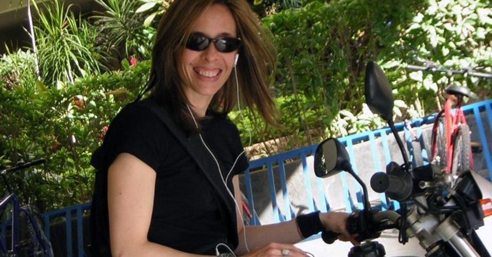 Simone Souza e uma de suas motos