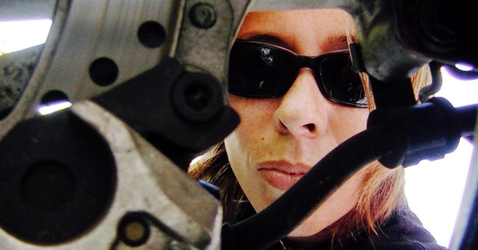 Simone Souza faz autoretrato com uma de suas motos