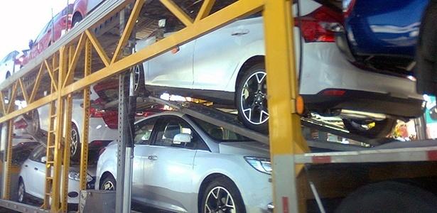 Terceira geração do Focus, que será lançada no Brasil entre setembro e outubro de 2013, já é vista rodando sobre caminhões-cegonha pela região São Bernardo do Campo (SP), próximo à fábrica da marca