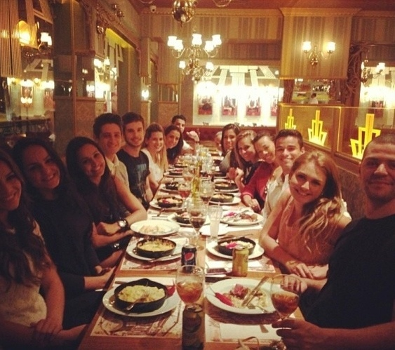 02.ago.2013 - Bruna Marquezine e amigos em restaurante