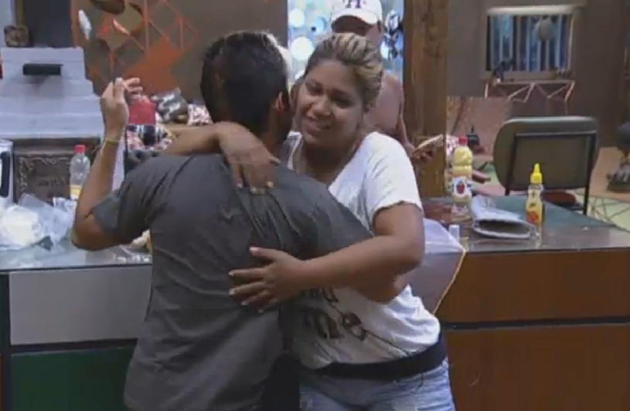 03.ago.2013 - Mulher Filé abraça Yudi Tamashiro por seu aniversário