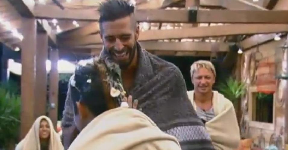 2.ago.2013 - Beto cumprimenta Yudi após Mateus quebrar ovo na cabeça do apresentador, que completa 22 anos