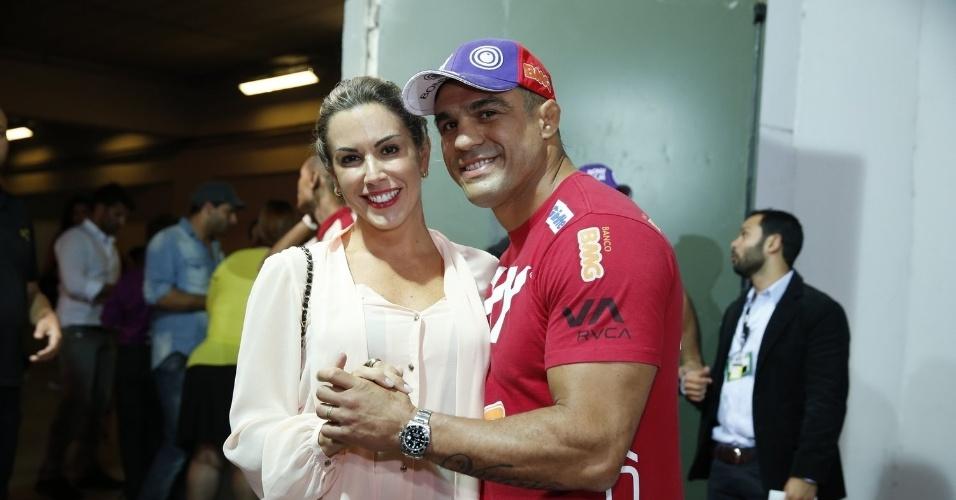 """3.ago.2013 - Ao chegar ao evento acompanhada do marido, Vitor Belfort, Joana Prado revelou que vive """"vida de Amélia"""" nos Estados Unidos"""