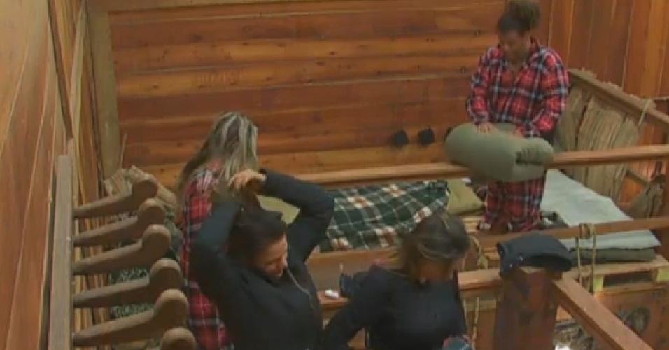 3.ago.2013 - Gominho, Denise, Bárbara e Andressa arrumam as camas após se levantarem