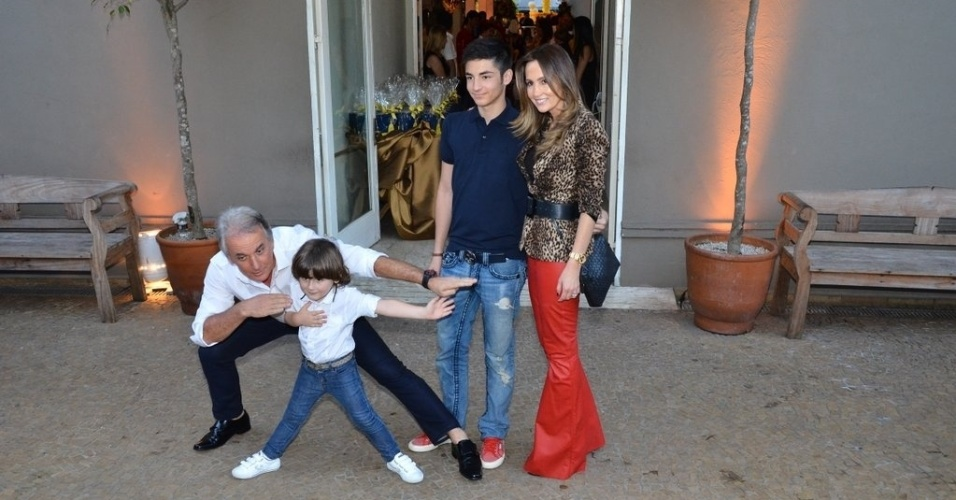 04.ago.2013 - Com a família, Otávio Mesquita brinca com o filho em pose para os fotógrafos no aniversário de Rafaella Justus
