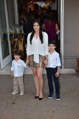 04.ago.2013 - Marcelly, mulher do ator Carlos Casagrande, e os filhos