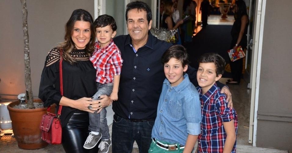 04.ago.2013 - Marco Camargo vai ao aniversário de Rafaella Justus com a família