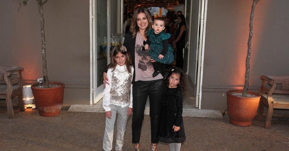 04.ago.2013 - Mulher de Rodrigo Faro, Vera Viel vai à festa de Rafaella Justus com as filhas