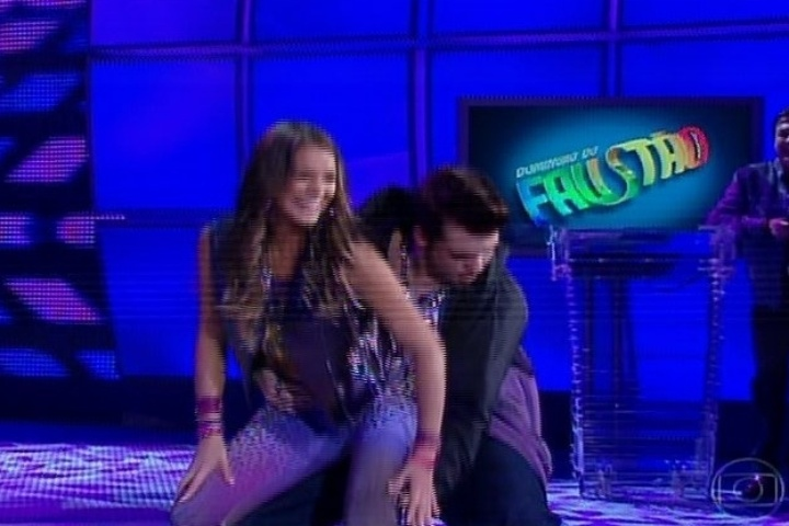 """04.ago.2013 - No ritmo do funk, Bruna Marquezine faz coreografia sensual na """"Dança dos Famosos"""""""