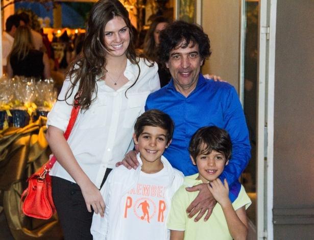 04.ago.2013 - O estilista Ricardo Almeida vai ao aniversário de Rafaella Justus com a família