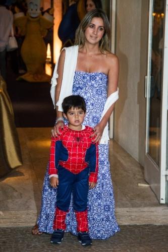 04.ago.2013 - Raffaela Bassi, mulher de Felipe Massa, vai ao aniversário com o filho do casal