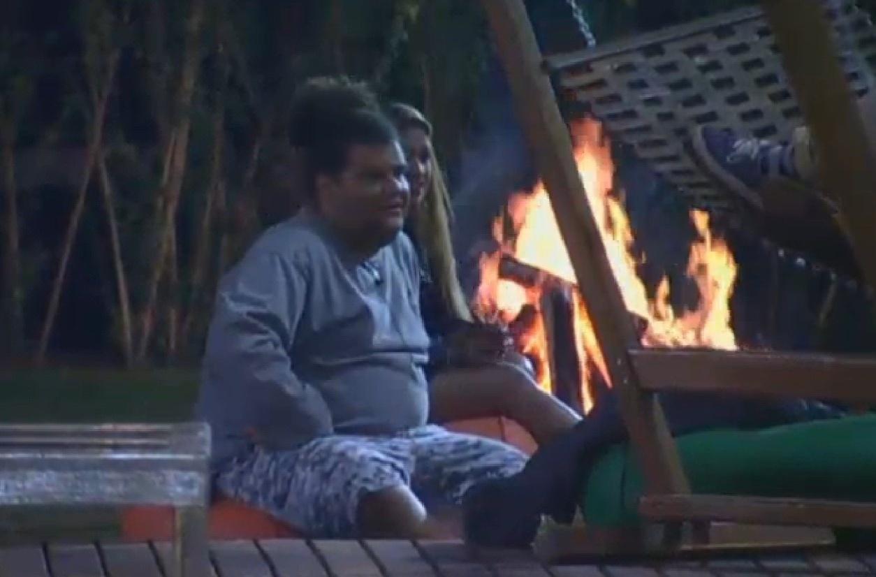 3.ago.2013 - Peões fazem fogueira em
