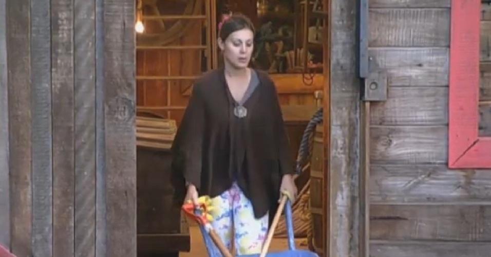 4.ago.2013 - Andressa Urach é a primeira a se levantar para fazer as atividades neste domingo