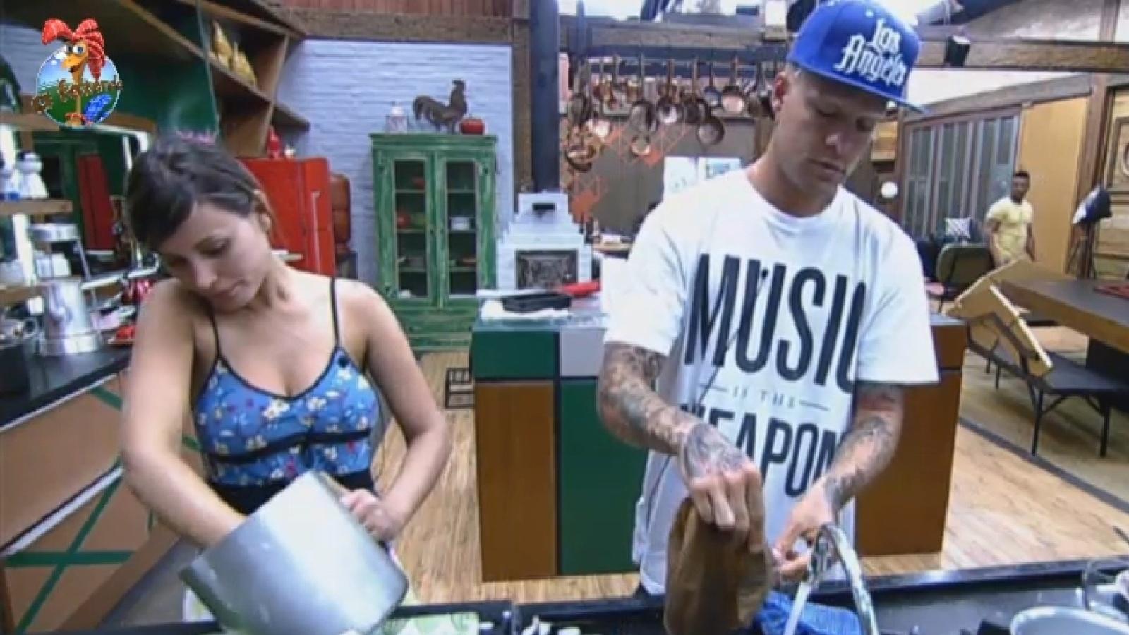 4.ago.2013 - Andressa urach e Mateus Verdelho lavam a louça na manhã deste domingo