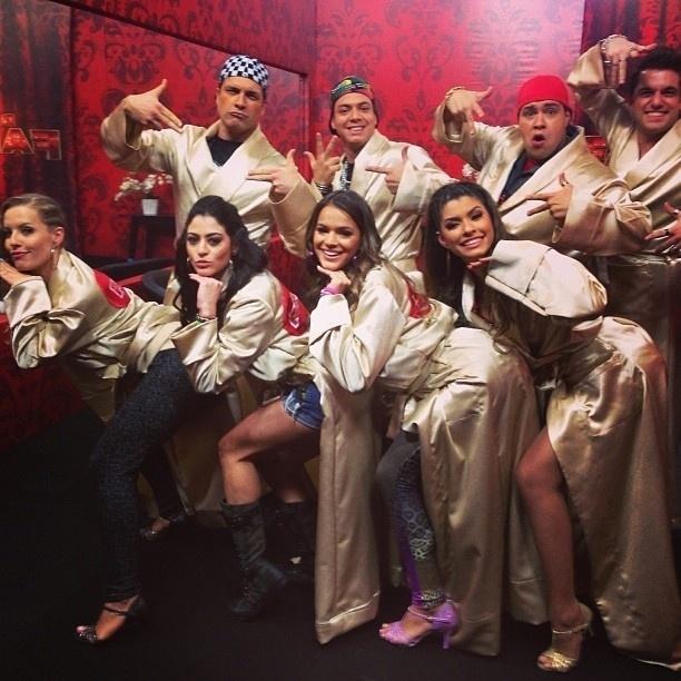 """04.ago.2013 - Bruna Marquezine faz a pose da cantora Anitta no clipe de """"Show das Poderosas"""" com os colegas da """"Dança dos Famosos"""""""