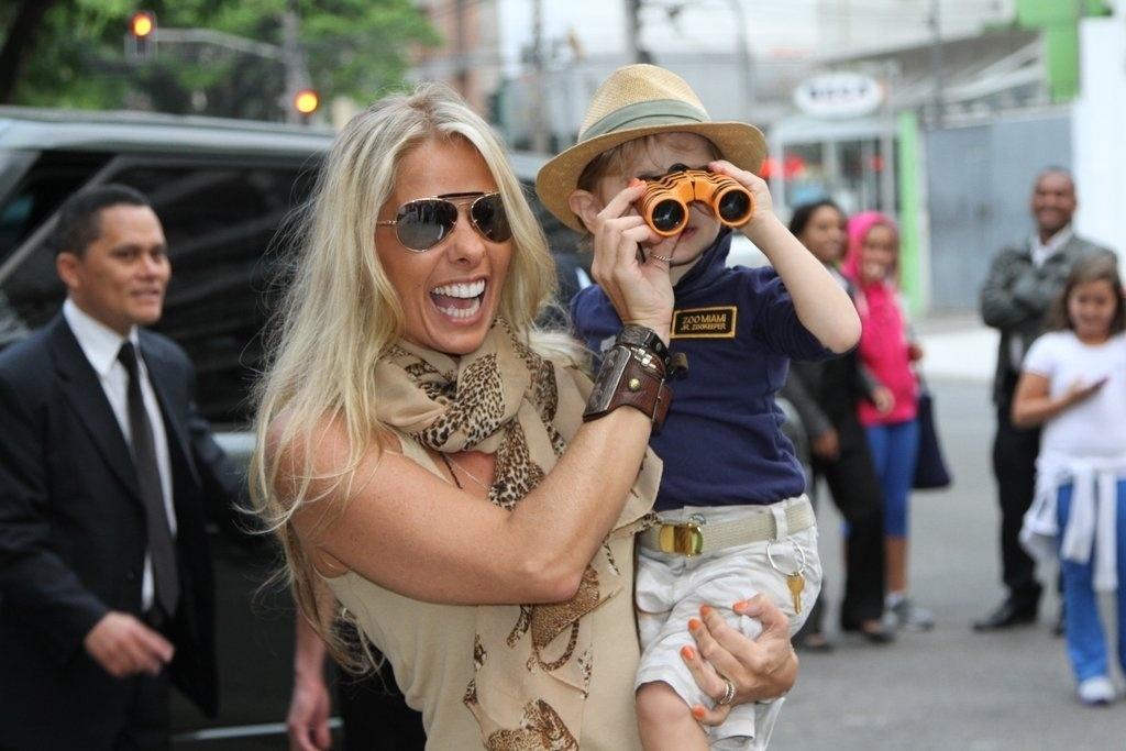 5.ago.2013 - Adriane Galisteu chega com Vittorio para festejar os 3 anos do menino no buffet Planet Mundi, em Moema, São Paulo