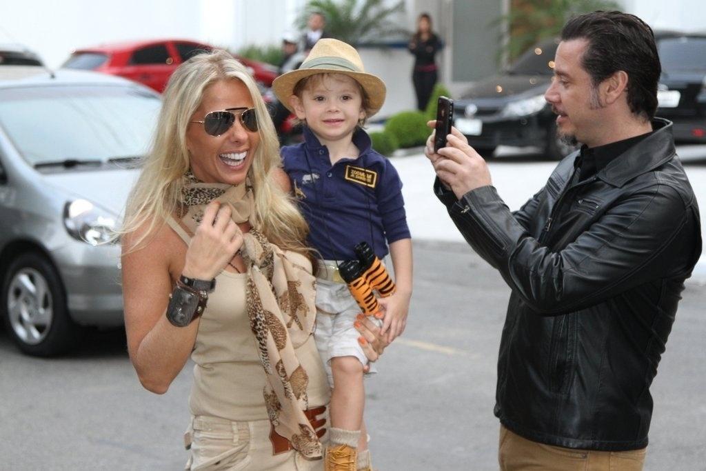 5.ago.2013 - Adriane Galisteu e Alexandre Iódice chegam com Vittorio para festejar os 3 anos do menino no buffet Planet Mundi, em Moema, São Paulo