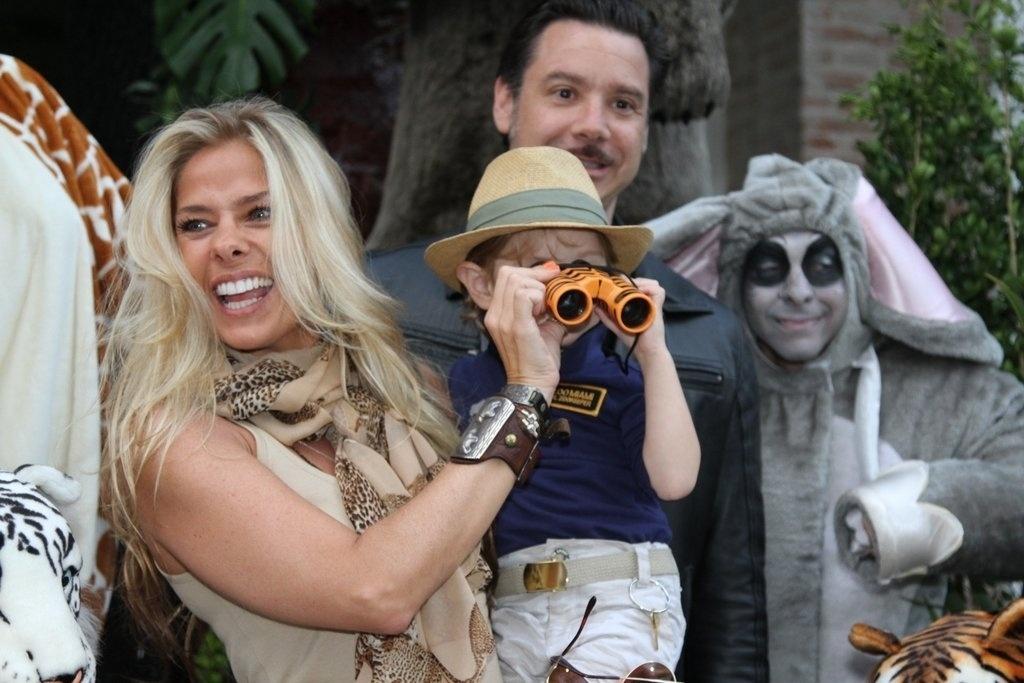 5.ago.2013 - Adriane Galisteu, Vittorio e Alexandre Iódice: Família reunida para festejar os 3 anos do herdeiro