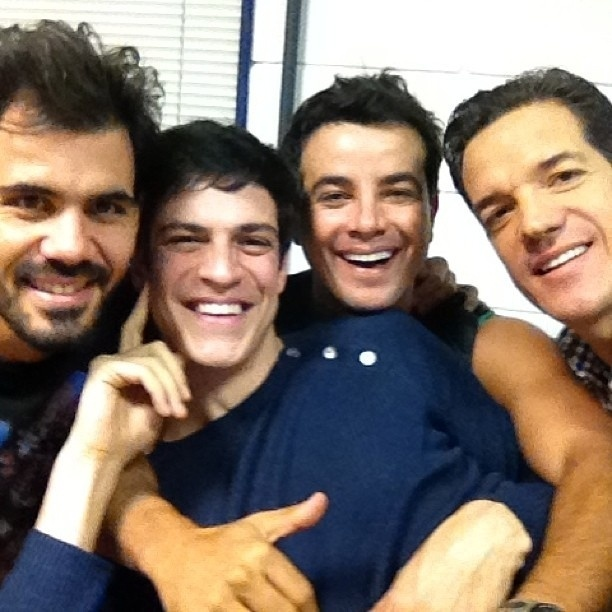 """2.ago.2013 - Carlos Machado publica foto com Juliano Cazarré, Mateus Solano e Anderson Di Rizzi nos bastidores de """"Amor à Vida"""". """"Descabelando o palhaço da @tatawerneck , heim?"""", brincou na legenda"""