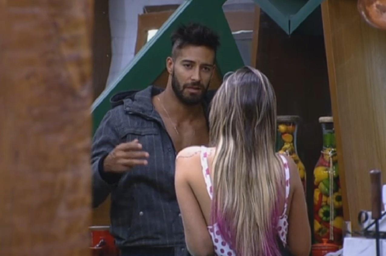 4.ago.2013 - Andressa e Beto se encontram na cozinha e travam longa conversa