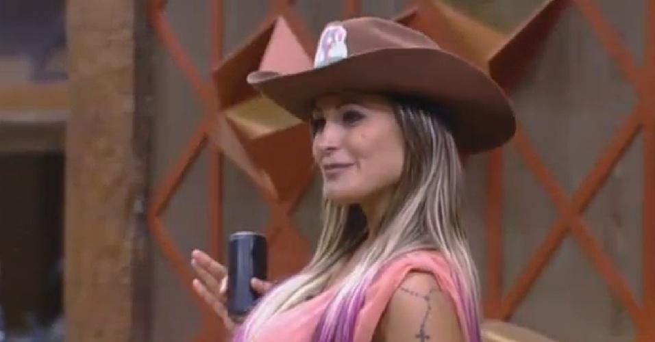 4.ago.2013 - Andressa recebe chapéu das mãos de Beto Malfacini