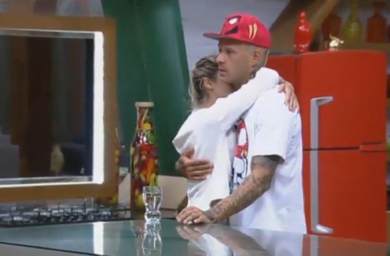 5.ago.2013 - Bárbara abraça Mateus e pede ao namorado para fazer um suco