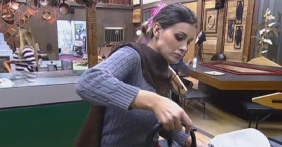 5.ago.2013 - Fazendeira da semana, Andressa Urach prepara o café na manhã desta segunda-feira