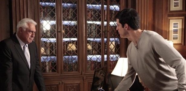"""Em """"Amor à Vida"""", acusado de roubo, Félix apanha de César e é expulso de casa"""