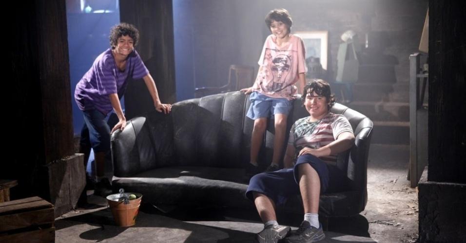 """Em """"Chiquititas"""", Mosca, Rafa e Binho começam a morar no porão do orfanato"""