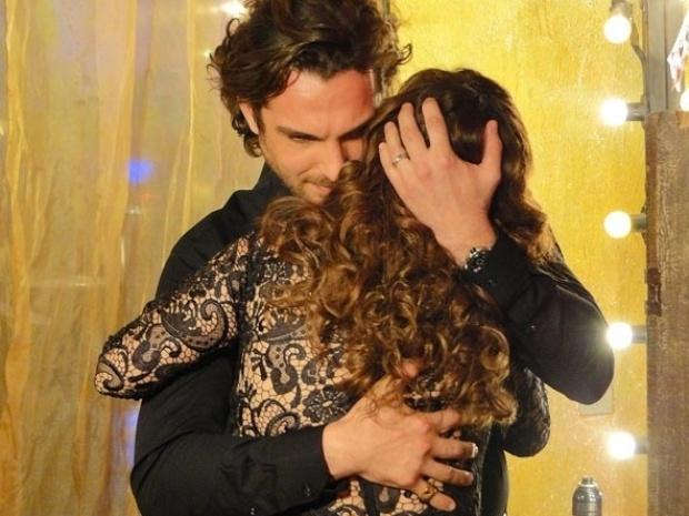 """Em """"Flor do Caribe"""", Alberto dá abraço em Guiomar e diz estar orgulhoso dela"""