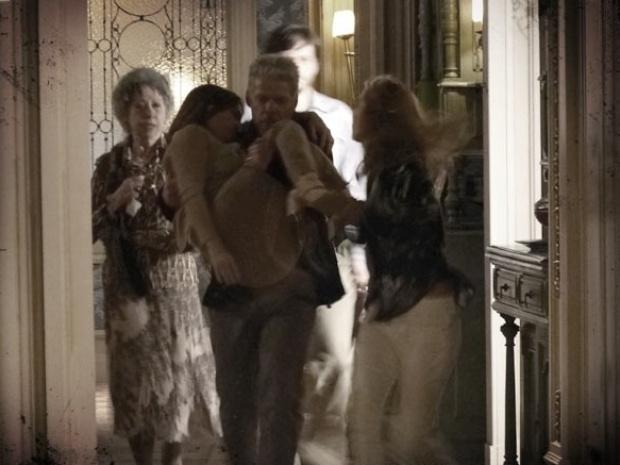 """Em """"Saramandaia"""", Helena desmaia após tomar calmantes"""