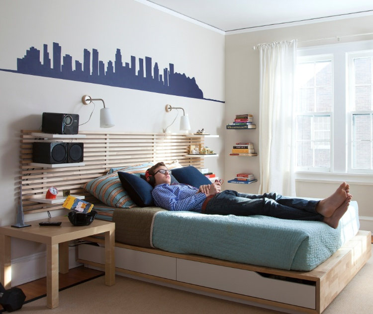 (Imagem do NYT, usar apenas no respectivo material) Com móveis Ikea um estêncil aplicado sobre a cama, Peter Schleisman, 13 anos, decorou seu quarto. Um exemplo de boas proporções e da combinação harmoniosa de elementos modernos