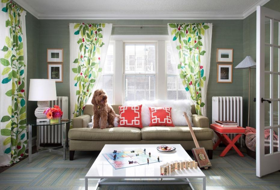 (Imagem do NYT, usar apenas no respectivo material) O primeiro item de decoração comprado por Elizabeth Foy Larsen para a casa da família, em Minneapolis, foi o papel de parede que reveste a sala. As almofadas e o banco, por sua vez, são da Target. Darwin, o cão da família, adora subir no sofá e demostra que a compra de um modelo mais requintado e caro não é uma opção