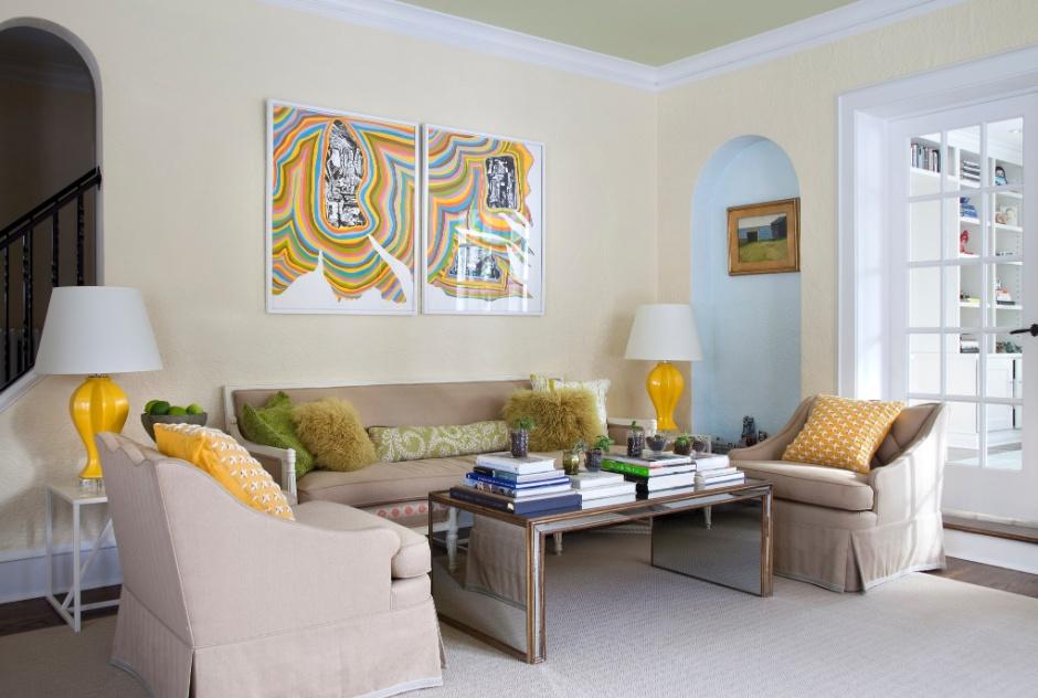 (Imagem do NYT, usar apenas no respectivo material) Os quadros que decoram uma das salas foram comprados em uma galeria e refletem a paixão da família pelas cores. O sofá foi trazido da primeira casa da família e foi combinado à mesa de centro Wisteria