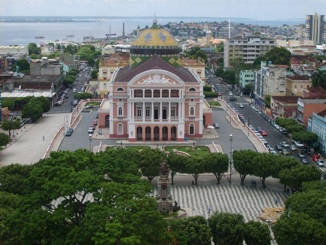 Teatro Amazonas, inaugurado em 1896, diante do Largo de São Sebastião, é um dos cartões-postais da cidade