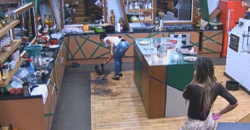 06.ago.2013 - Após discussão na cozinha, Scheila Carvalho limpa feijão derramado no chão