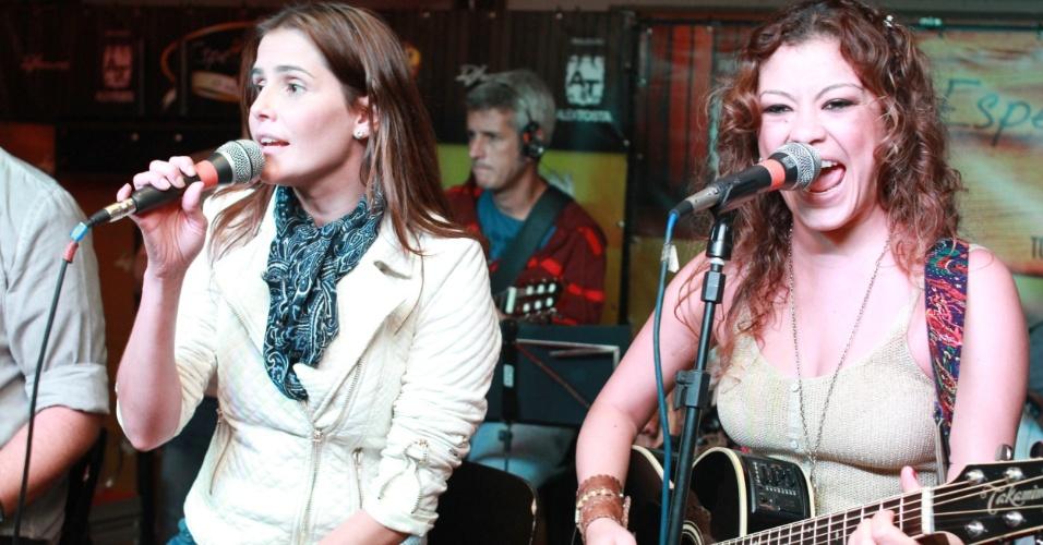 06.ago.2013 - Deborah Secco solta a voz ao lado da cantora Luka