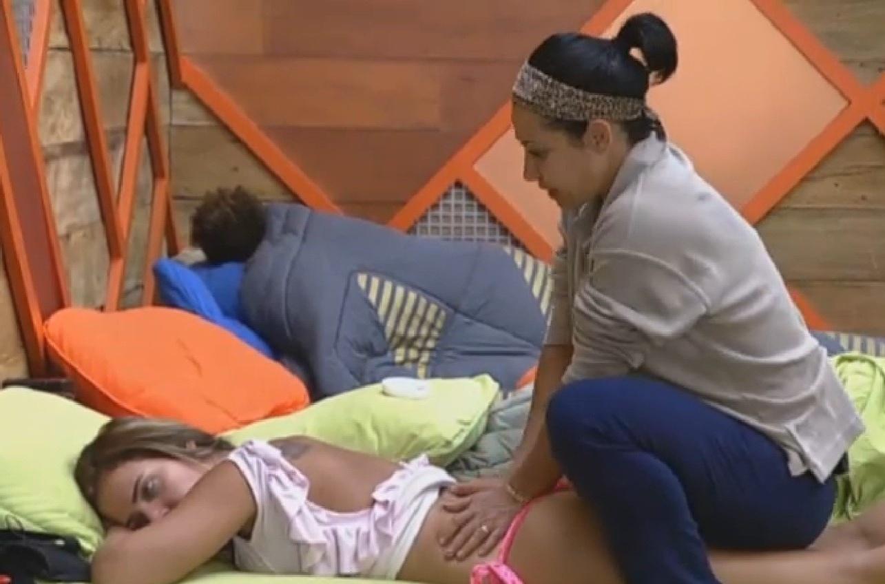 06.ago.2013 - Denise ganha massagem de Scheila Carvalho
