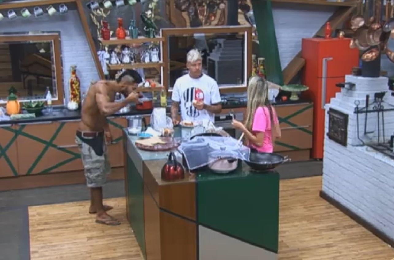 06.ago.2013 - Em dia de eliminação, peões reforçam o lanche na cozinha