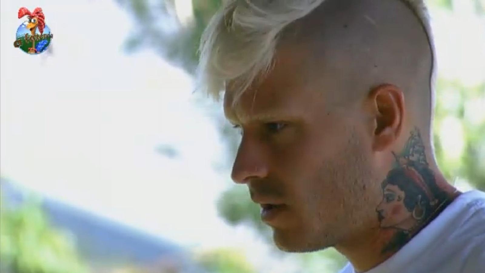 06.ago.2013 - Mateus se desculpa com Marcos Oliver por ter causado punição ao grupo
