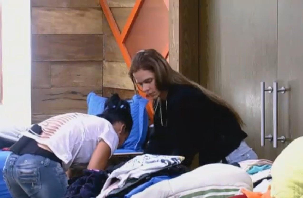 06.ago.2013 - Scheila ajuda Denise a arrumar a mala