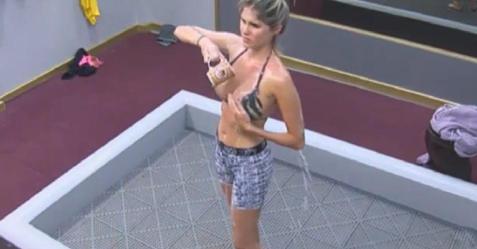 06.ago.2013 - Sem água, Bárbara Evans toma banho de caneca