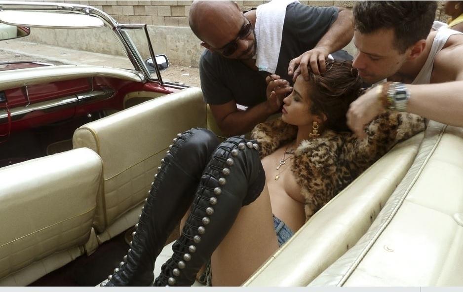 06.ago.2013-  De botas longas, short jeans e casaco de pelos, Nanda retoca a maquiagem para o ensaio