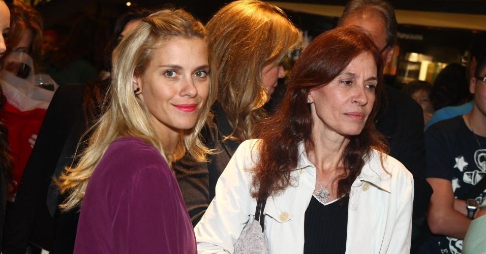 5.ago.2013 - A atriz Carolina Dieckmann e a empresária Flora Gil prestigiam o jornalista Jorge Bastos Moreno na sessão de autógrafos do livro