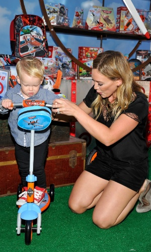"""5.ago.2013 -  A atriz Hilary Duff e seu filho Luca brincam na première mundial da nova animação da Disney, """"Aviões"""". O filme estreia no Brasil no dia 13 de setembro em cópias 3D"""